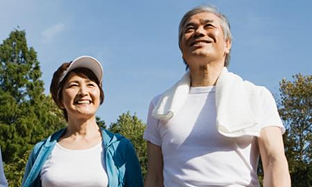 Image of a couple going to Qigong class in the park
